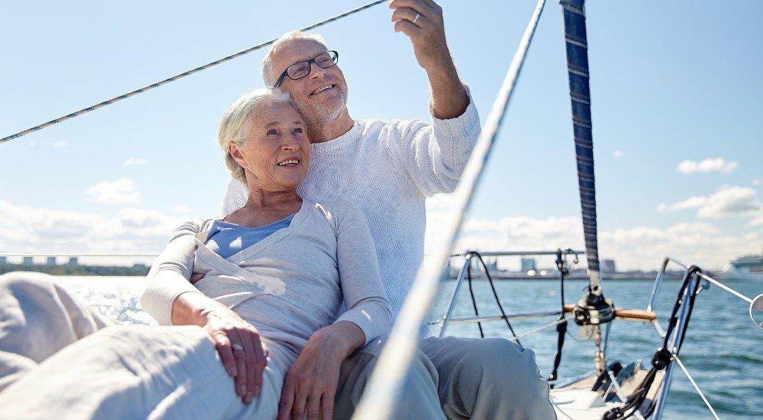 Eldre par på seilbåt